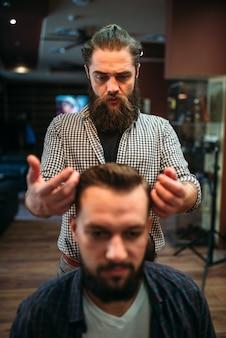 Männlicher kunde nach frisur im friseursalon