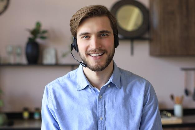 Männlicher kundendienstmitarbeiter mit kopfhörer und lächeln.