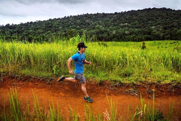 Männlicher läufer der spur. er rannte schnell auf den berg