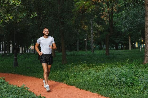 Männlicher läufer im park