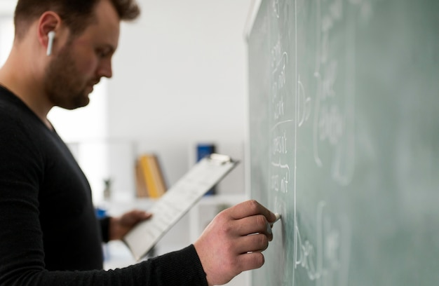 Männlicher lehrer, der online eine englischstunde für seine schüler macht