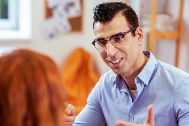 Männlicher lehrer. gesicht eines positiven netten mannes, der seinen schüler anlächelt