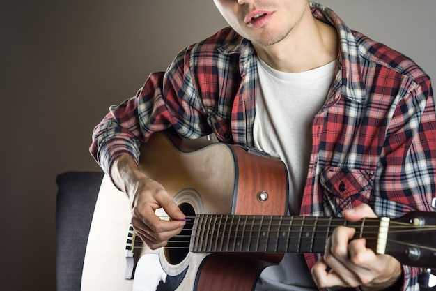 Männlicher musiker singt lied