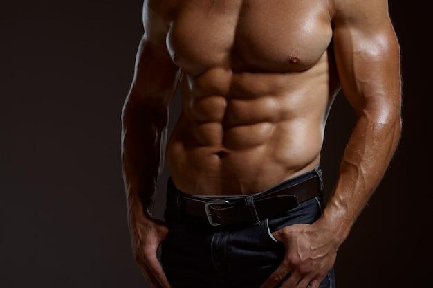 Männlicher muskulöser athlet wirft im studio auf