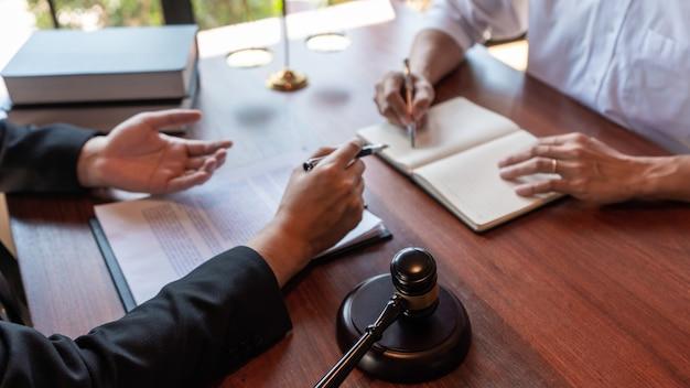 Männlicher notaranwalt oder richter konsultieren oder besprechen vertragspapiere