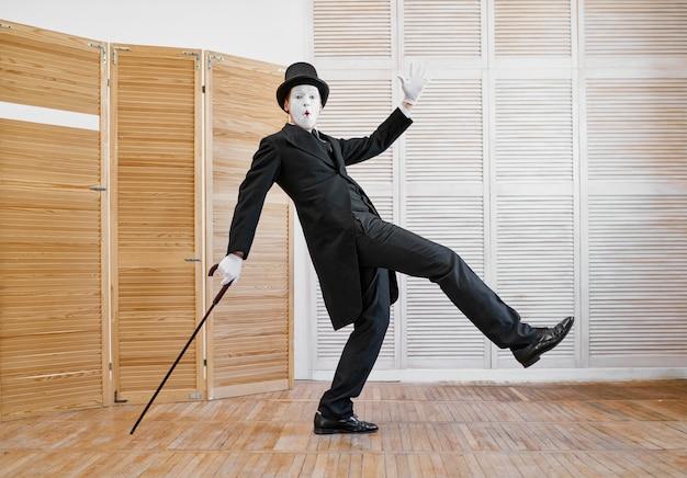 Männlicher pantomime, gentleman mit dem stock