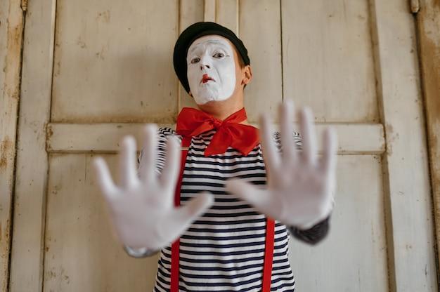 Männlicher pantomime, gesten-szene, parodie-komödie