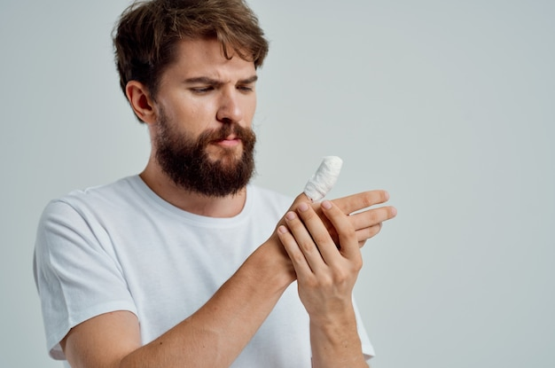 Männlicher patient bandagierte handverletzung an den fingern isolierter hintergrund