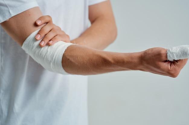 Männlicher patient bandagierte handverletzung an fingerkrankenhausmedizin