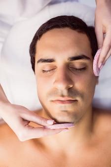 Männlicher patient, der massage vom arzt erhält