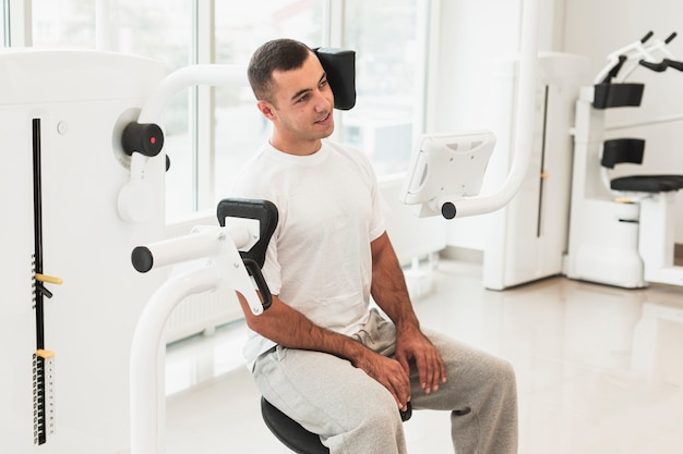 Männlicher patient, der medizinische maschine verwendet