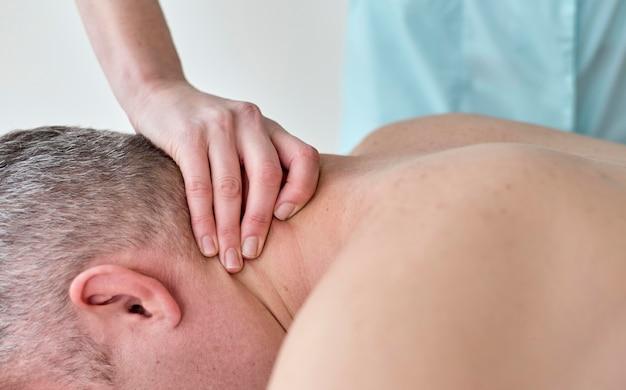Männlicher patient, der sich einer therapie mit einem physiologen unterzieht