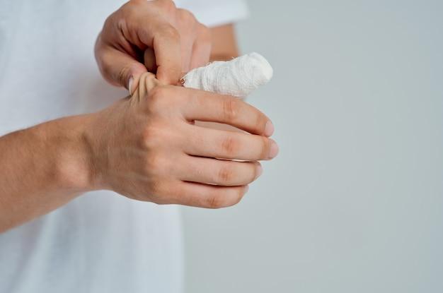 Männlicher patient handverletzungsbehandlung gesundheitsprobleme heller hintergrund