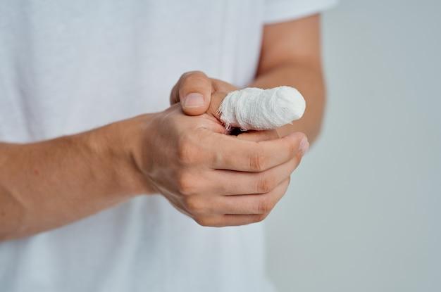 Männlicher patient handverletzungsbehandlung gesundheitsprobleme isolierter hintergrund