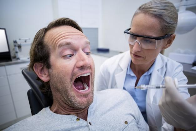 Männlicher patient hatte während einer zahnärztlichen untersuchung angst