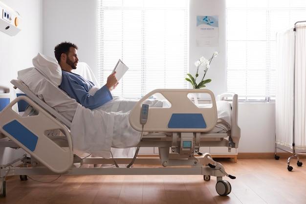 Männlicher patient im bett im krankenhaus