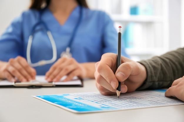 Männlicher patient in arztpraxis, nahaufnahme