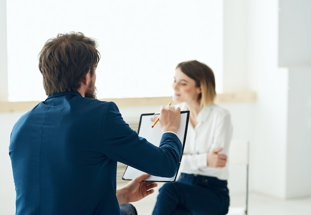 Männlicher psychologe neben weiblichen patienten depressions-kommunikationstherapie