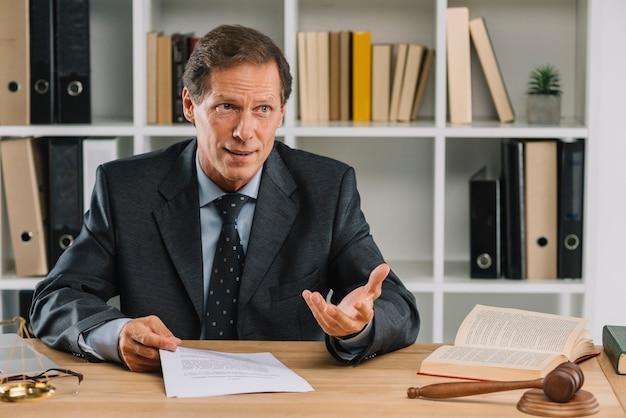Männlicher rechtsanwalt, der diskussion im gerichtssaal hat