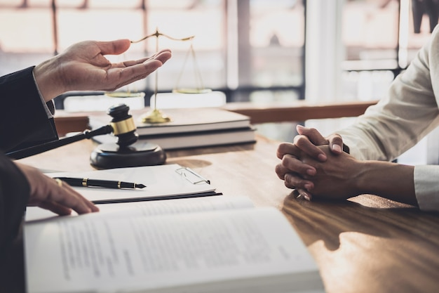 Männlicher rechtsanwalt oder richter beraten sich, teamsitzung mit geschäftsfraukunden-, gesetzes- und rechtsdienstleistungskonzept haben