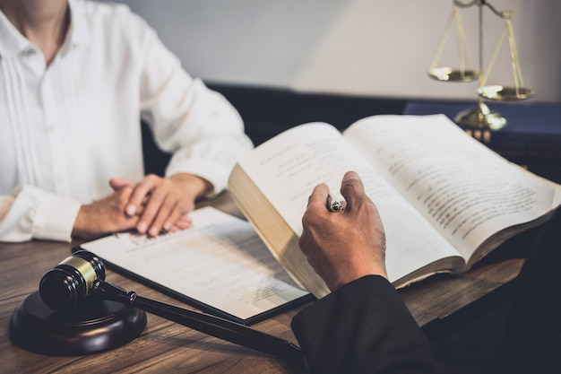 Männlicher rechtsanwalt oder richterberater, der teambesprechung mit klienten hat