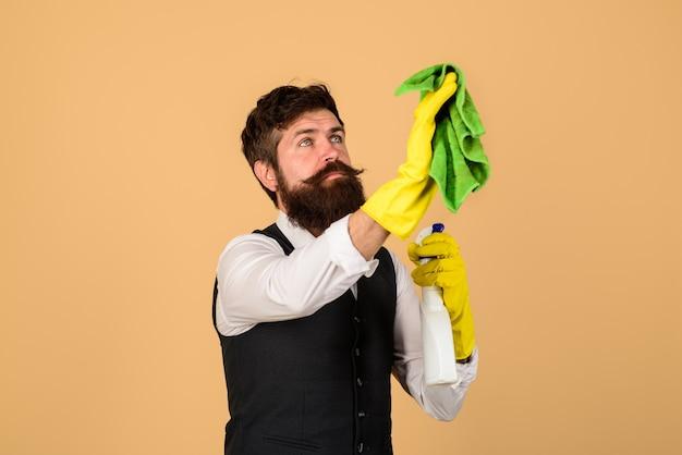 Männlicher reiniger bei der arbeit, der hausarbeits-haushaltskonzept-mann mit reinigungsausrüstung säubert