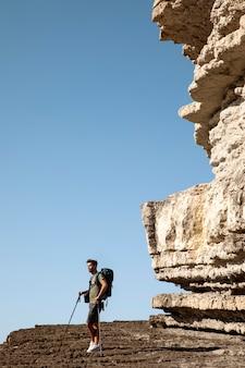 Männlicher reisender, der bereit ist, bei tageslicht zu wandern