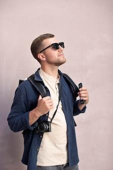 Männlicher reisender mit einer kamera im freien