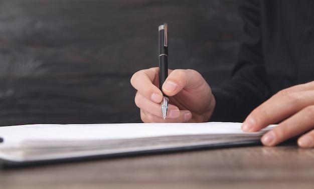 Männlicher richter, der im dokument unterschreibt. justiz- und rechtskonzept