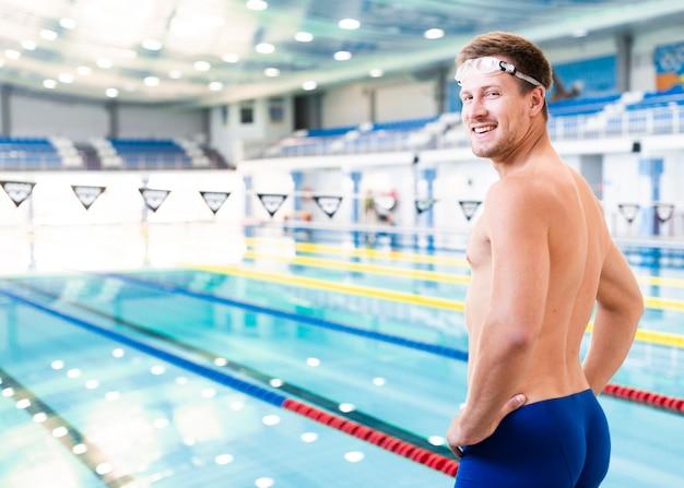 Männlicher schwimmer der seitenansicht am pool