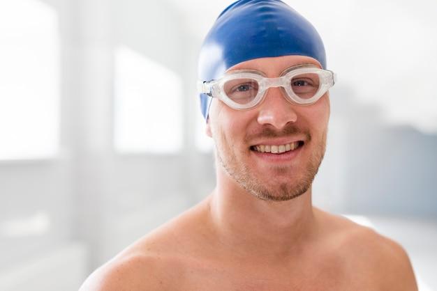 Männlicher schwimmer der vorderansicht mit schutzbrillen