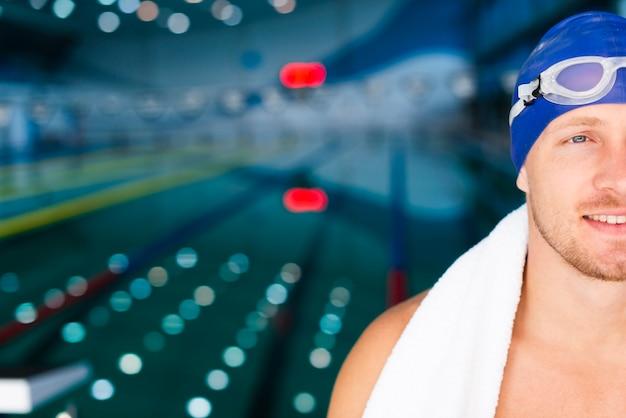 Männlicher schwimmer des smiley am pool