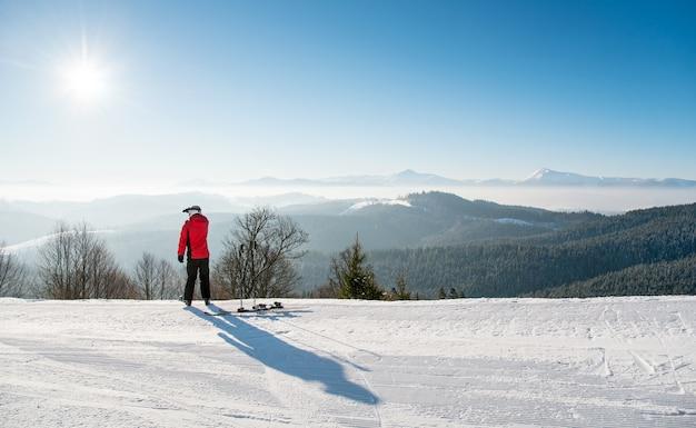Männlicher skifahrer oben auf der skipiste
