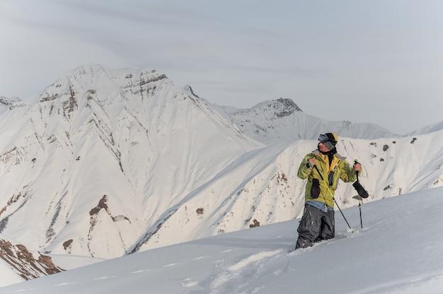 Männlicher snowboarder auf den bergspitzen