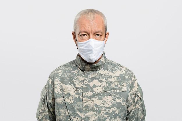 Männlicher soldat, der eine gesichtsmaske in der neuen normalität trägt