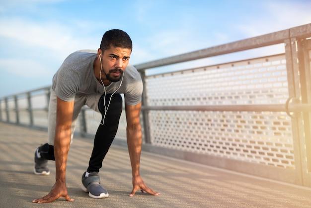 Männlicher sprinter bereit zum laufen
