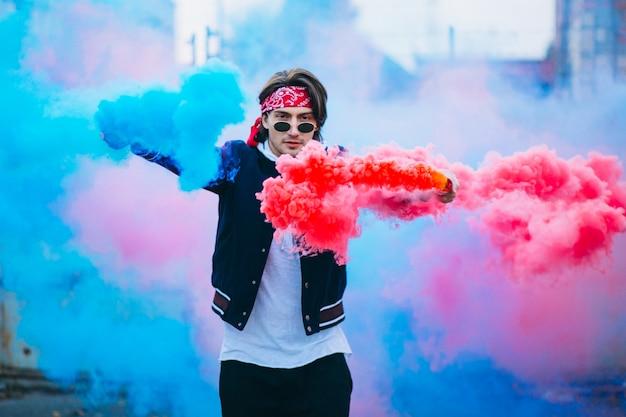 Männlicher städtischer tänzer mit farbigem rauche