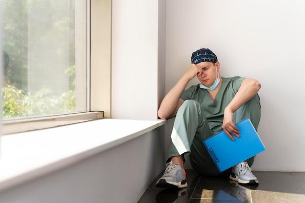 Männlicher student, der medizin praktiziert