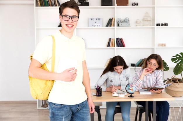 Männlicher student in der bibliothek