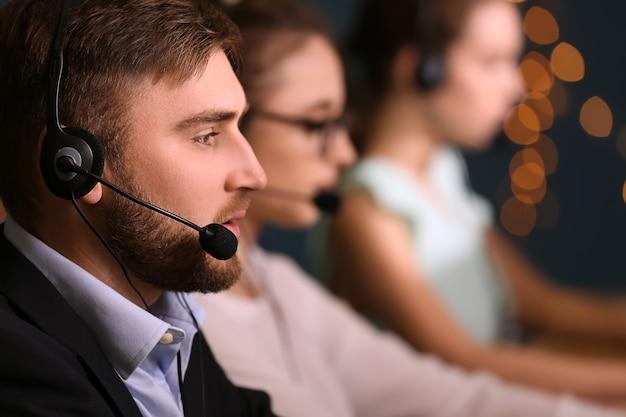 Männlicher technischer supportmitarbeiter, der im büro arbeitet working