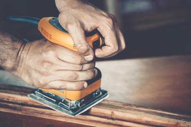 Männlicher tischler bei der arbeit