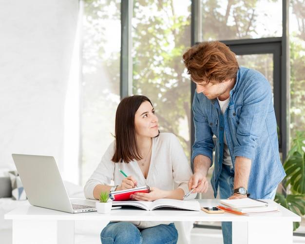 Männlicher tutor unterrichtet kurse von zu hause aus
