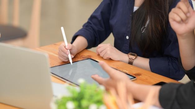 Männlicher und weiblicher freiberufler, der digitale tablette im büro verwendet
