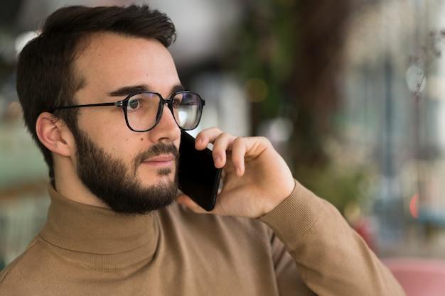 Männlicher unternehmer, der über telefon spricht