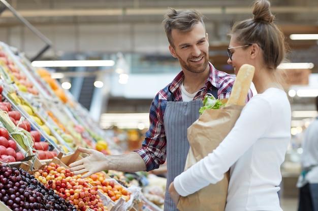 Männlicher verkäufer hilft dem kunden