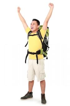 Männlicher wanderer mit rucksack hob den arm