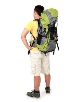 Männlicher wanderer mit rucksackschießen von hinten