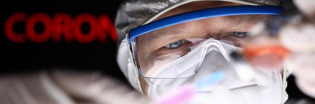 Männlicher wissenschaftler, der die spritze mit einer art 2019-ncov-serum füllt
