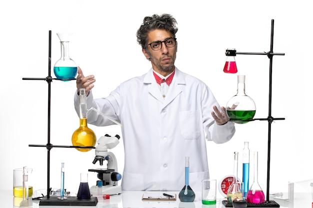 Männlicher wissenschaftler der vorderansicht, der aufwirft