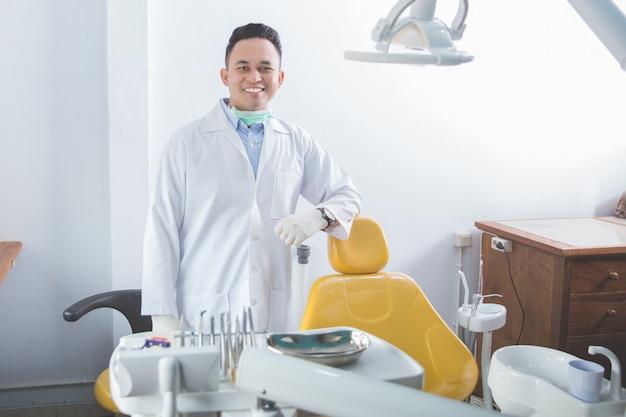 Männlicher zahnarzt in der klinik